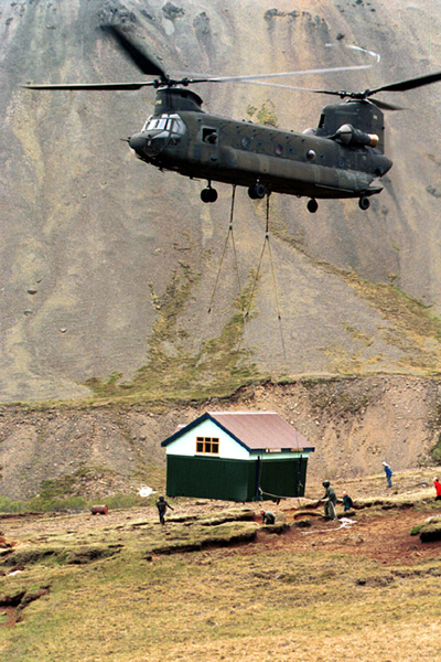 CH-47D Chinook transporting building